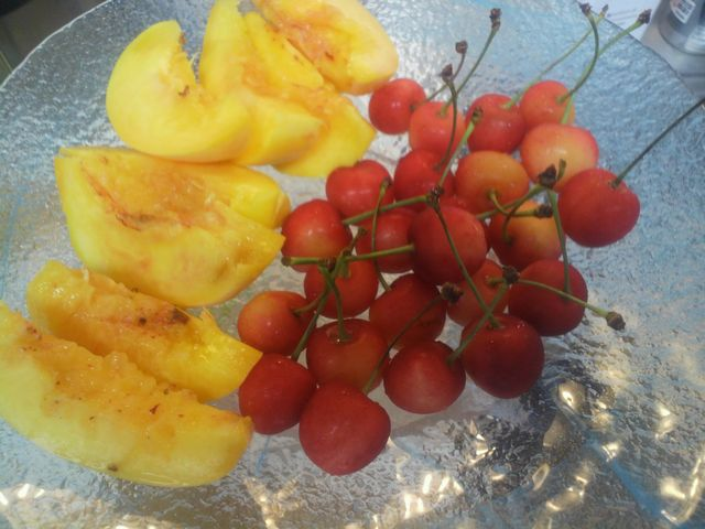 黄桃とサクランボ